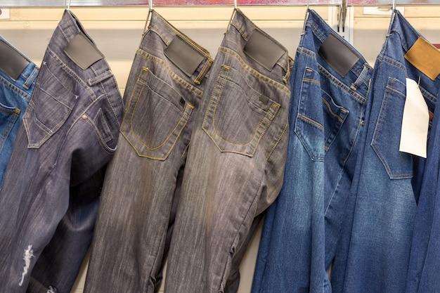 Jeans hängen an einem kleiderbügel