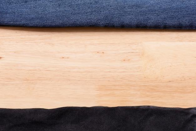 Jeans masern auf hölzernem hintergrund