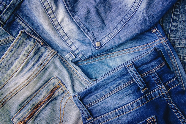 Jeans. stilvolle kleidung. selektiver fokus einkaufszeit.