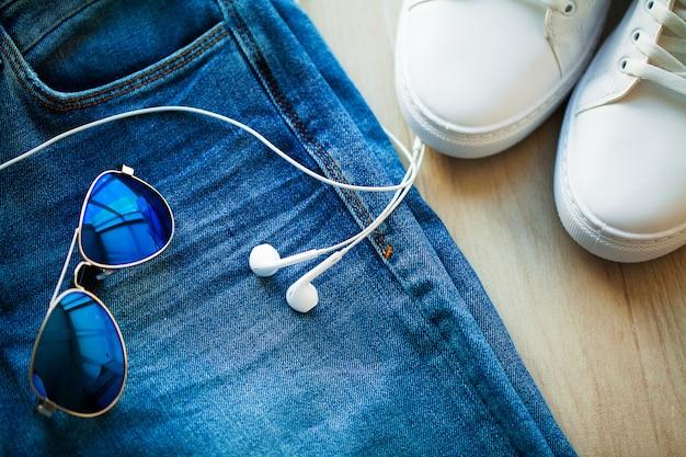 Jeans und weiße turnschuhe im ladenregal.