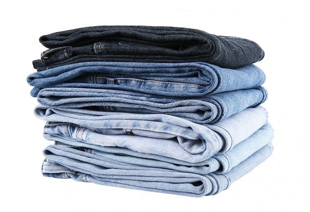 Jeanshosen gestapelt auf weiß
