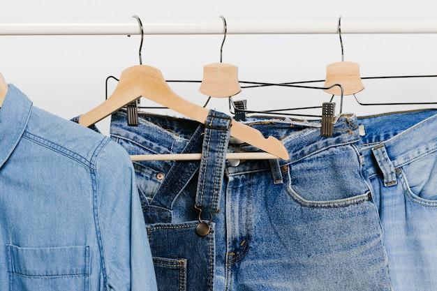 Jeanskleidung auf kleiderbügeln