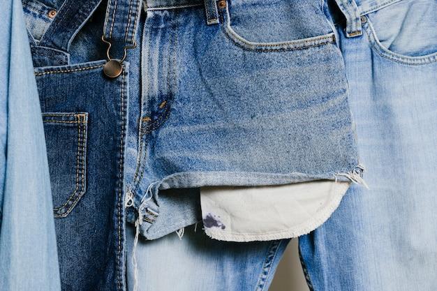 Jeanskleidung hängen nahaufnahme