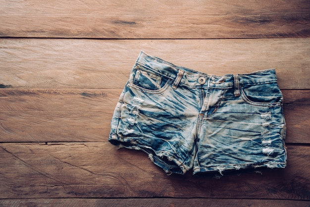 Jeansshorts auf dem bretterboden.