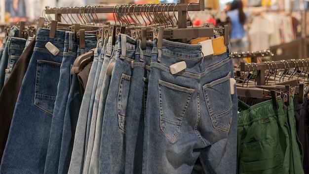 Jeansshorts im ladenregal. modische kleidung in den regalen im laden