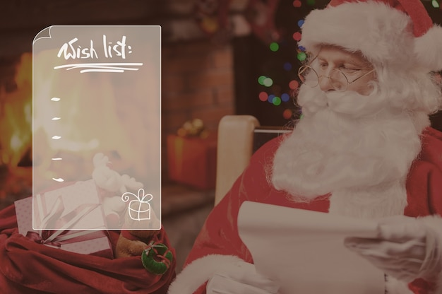Jeder bekommt ein geschenk. traditioneller weihnachtsmann, der seinen sack mit geschenken betrachtet und ein papier hält, während er an seinem stuhl mit kamin und weihnachtsbaum im hintergrund sitzt