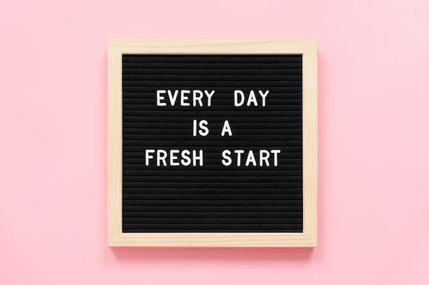 Jeder tag ist ein neuanfang. motivierend zitat auf black letter board konzept inspirierend zitat des tages.