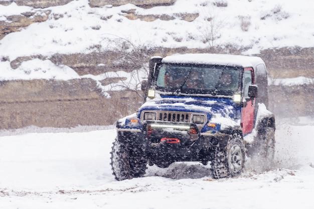 Jeeps, die im winterrallye-wettkampf konkurrieren