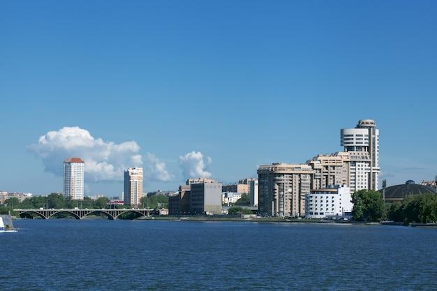 Jekaterinburg. stadtwasserteich. gebäude.