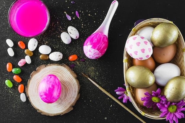 Jelly beans in der nähe von farbe und eiern