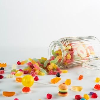 Jelly würmer vergossen aus glas in der nähe von süßigkeiten