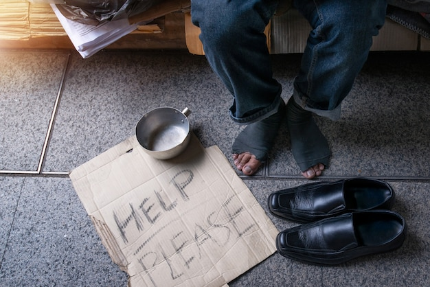 Jemand gab obdachlosen schuhe