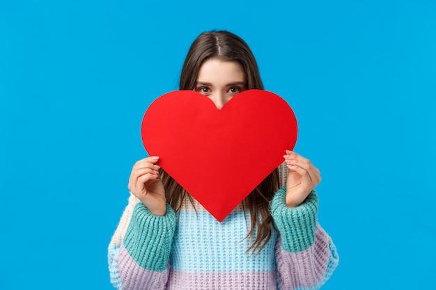 Jemand wird geliebt. errötende süße und dumme freundin wollen in liebe gestehen, tiefe gefühle