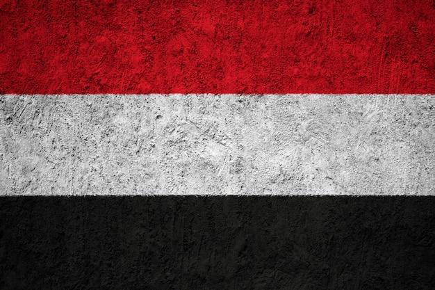 Jemen-flagge auf grunge-wand gemalt