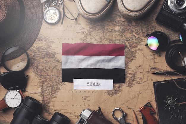Jemen-flagge zwischen dem zubehör des reisenden auf alter weinlese-karte. obenliegender schuss