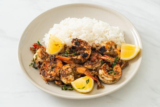 Jerk shrimps oder gegrillte shrimps nach jamaica-art mit zitrone und reis