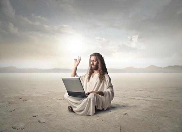 Jesus arbeitet an einem laptop