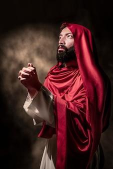 Jesus christus, der zum gott mit handzeichen betet