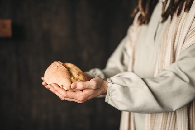 Jesus christus mit brot in den händen, heiliges essen