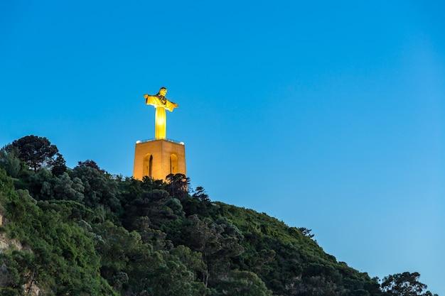 Jesus christus-monumentsonnenuntergang lissabon