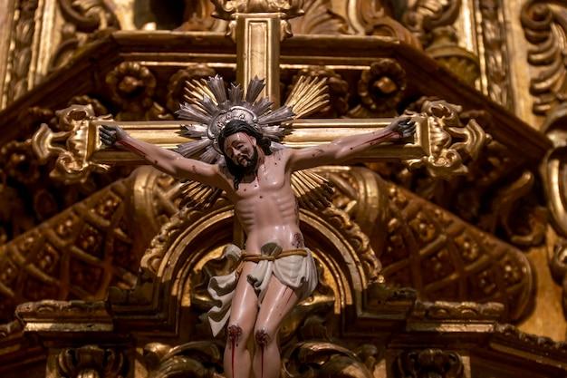 Jesus-statue in einer christlichen kirche von carmo, gelegen in der stadt faro, portugal.