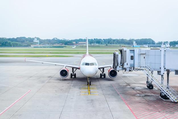 Jet-brücke von einem flughafen terminal gate