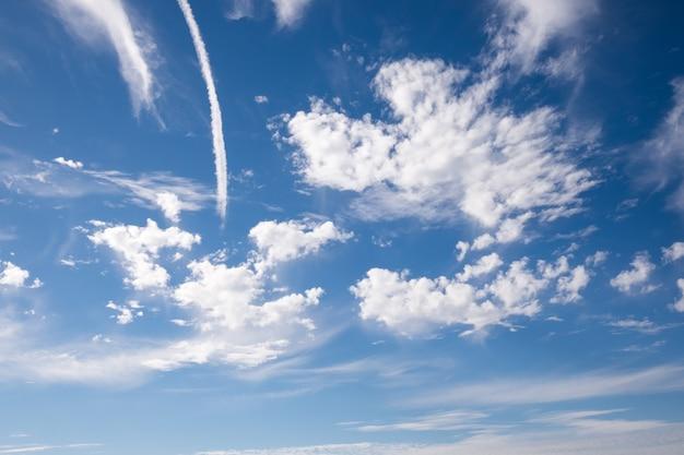 Jet rauch und blauer himmel