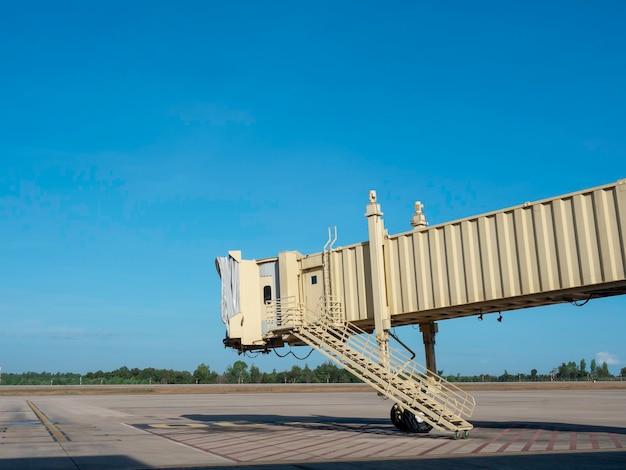 Jetway ohne flugzeug im flughafen auf blauem himmel
