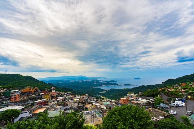 Jiufen-dorf mit berg und ostchinameer, taiwan