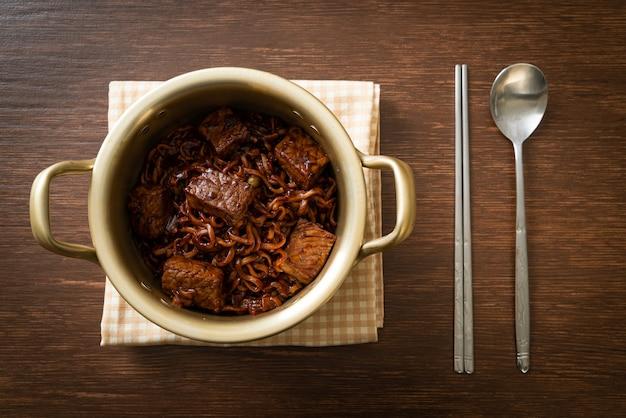 Jjapaguri oder chapaguri, koreanische schwarze bohnen, würzige nudeln mit rindfleisch - koreanischer essensstil