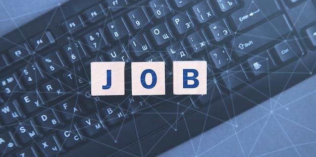 Jobwort auf würfeln in einer computertastatur.