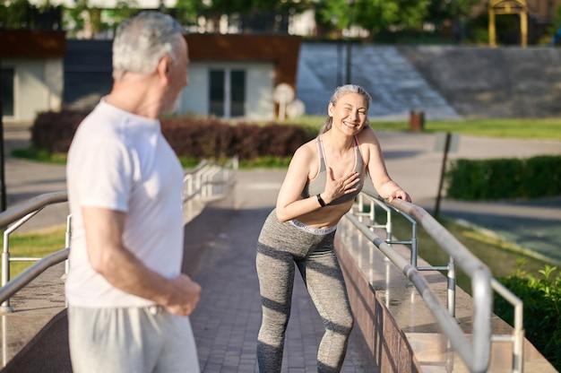 Joggen. ein älteres paar beim morgendlichen joggen im park