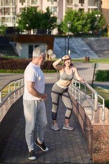 Joggen. ein mann und eine frau machen eine pause beim morgendlichen joggen