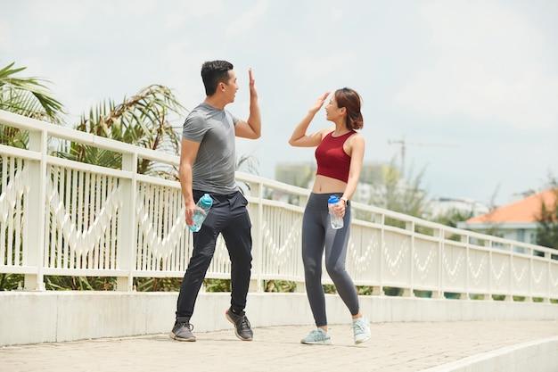 Jogger geben sich gegenseitig high five