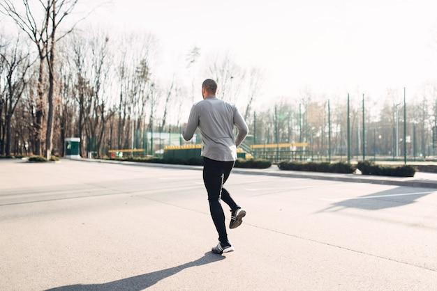 Jogger in bewegung, läuft im herbstpark