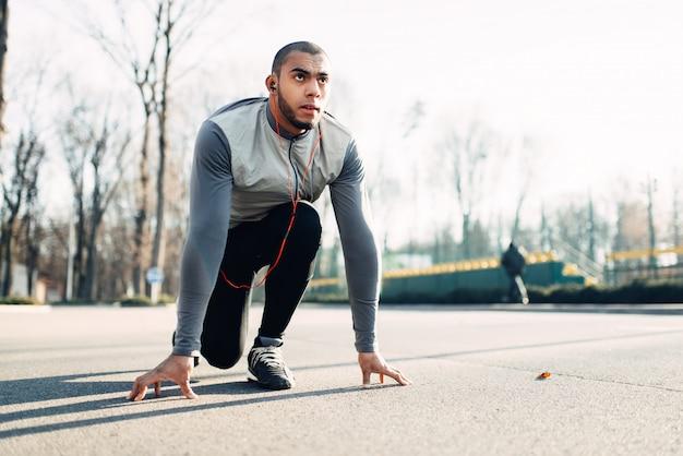 Jogger vor dem laufen, aktiver, gesunder lebensstil. athlet am morgen fitness-training. läufer in sportbekleidung beim training im freien
