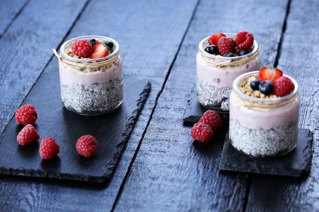 Joghurt mit chiasamen und beeren in gläsern