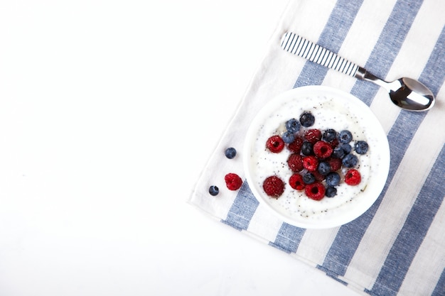 Joghurt mit chiasamen und frischen himbeeren