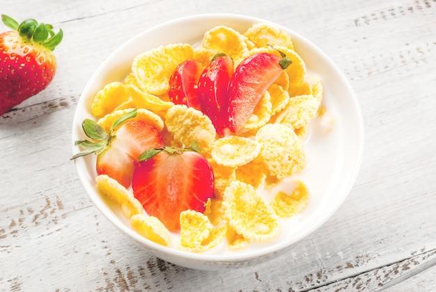 Joghurt mit cornflakes und erdbeeren