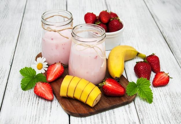Joghurt mit frischen erdbeeren und bananen