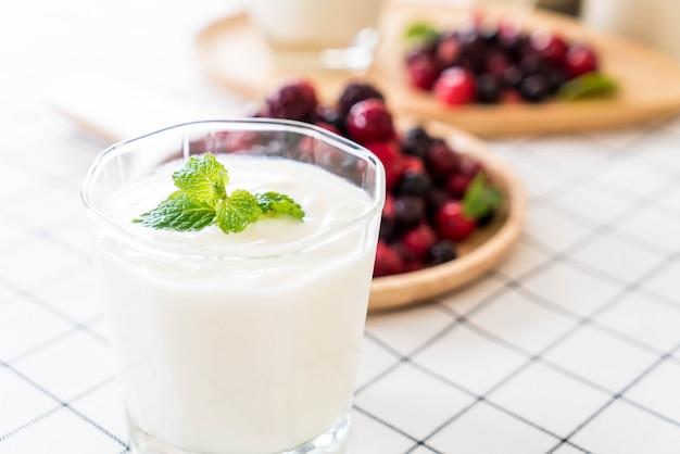 Joghurt mit gemischten beeren