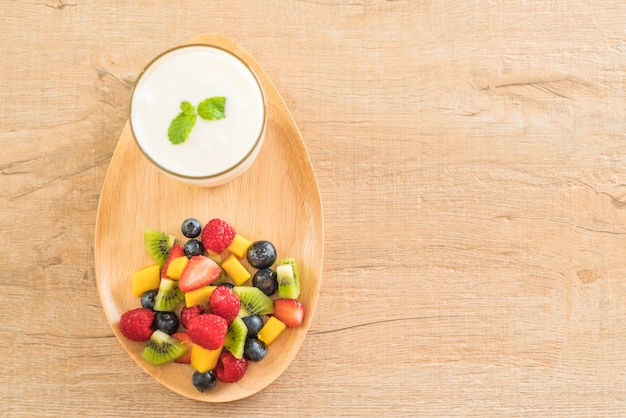 Joghurt mit gemischten früchten