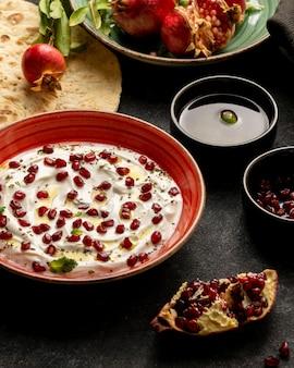 Joghurt mit granatapfel und olivenöl