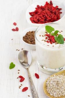 Joghurt mit haferkleie, leinsamen und goji-beeren