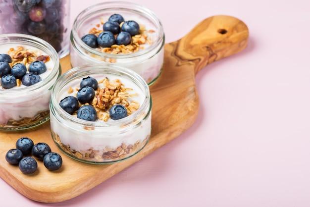 Joghurt mit hausgemachtem müsli und blaubeeren