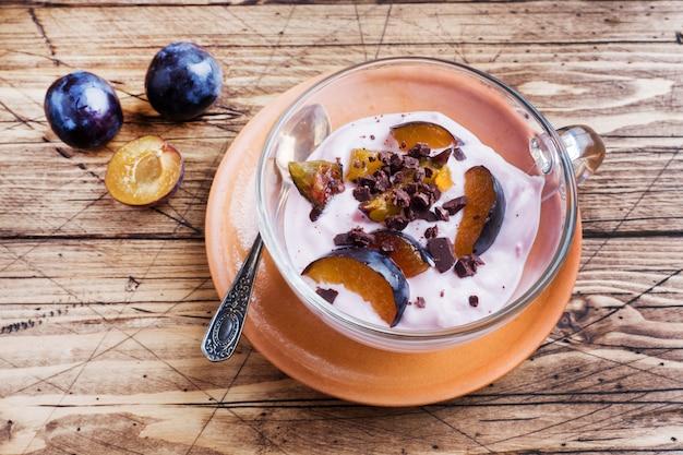 Joghurt mit müsli und beeren im kleinen glas
