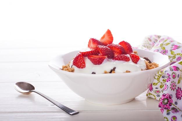 Joghurt mit müsli und frischen erdbeeren