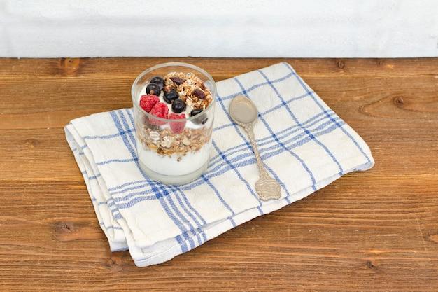 Joghurt mit müsli und obst. gesundes frühstück