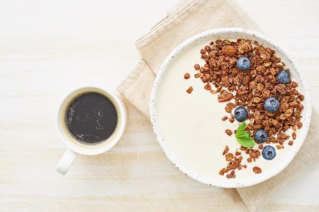 Joghurt mit schokoladengranola, heidelbeere.