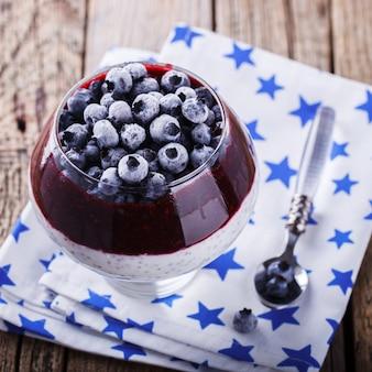 Joghurt, pudding mit chiasamen, blaubeeren und marmelade. essen. gesundes essen